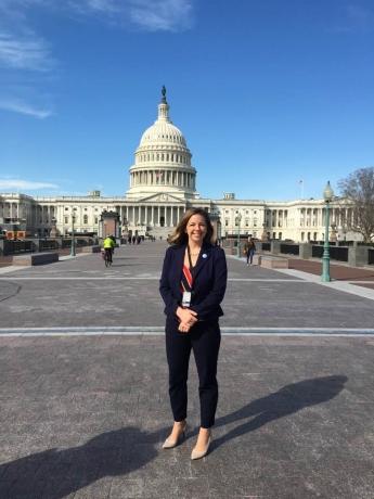 La abogada de inmigración, Andrea Martinez, frente al Capitolio de los Estados Unidos en Washington, DC